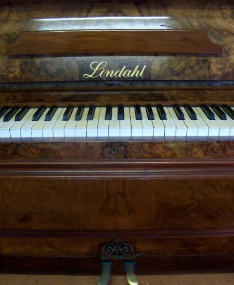 lindahl-piano-093-230dpi.jpg